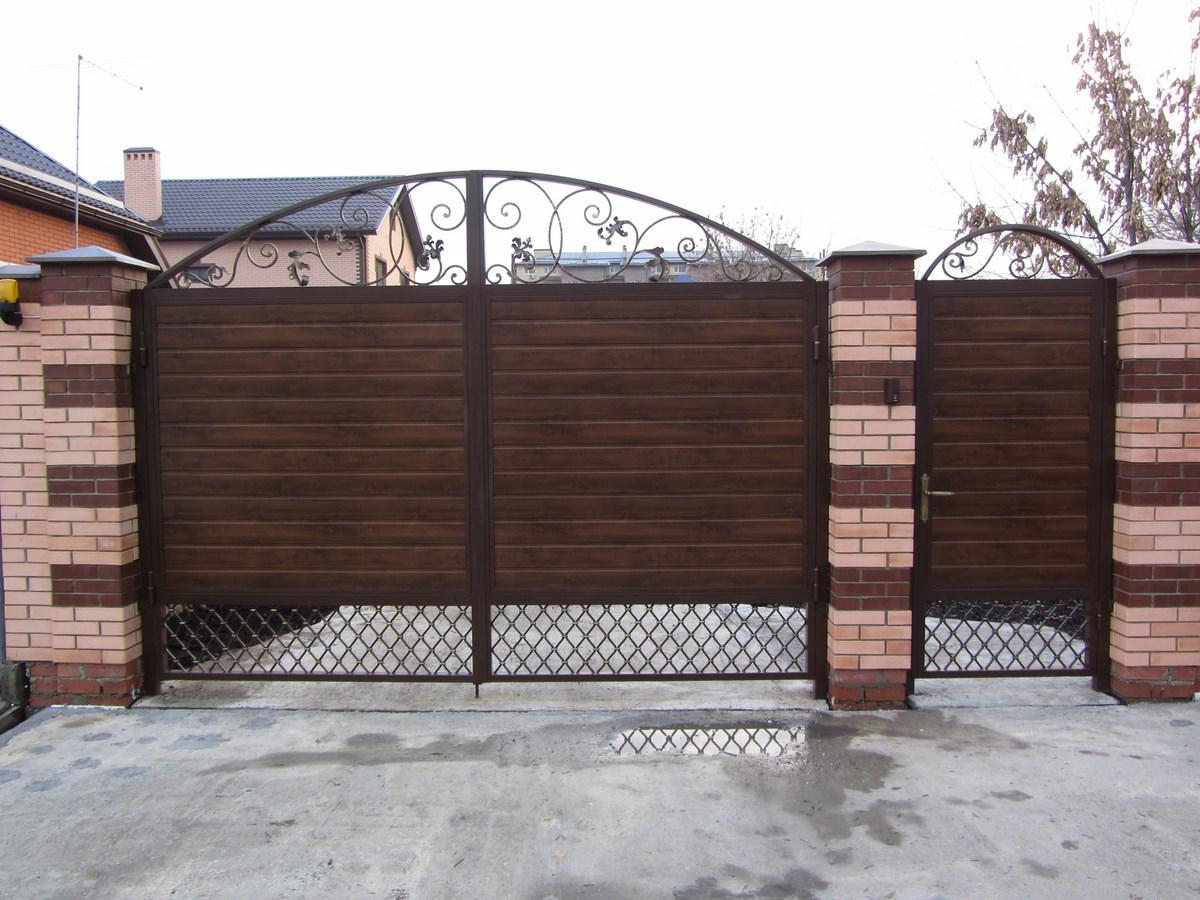 Входные ворота с калиткой в частном доме своими руками 20